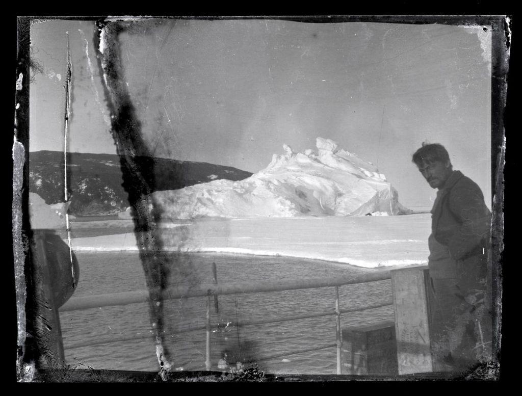 1915 ©the antarctic heritage trust (alexandre stevens sur le pont de l'aurora